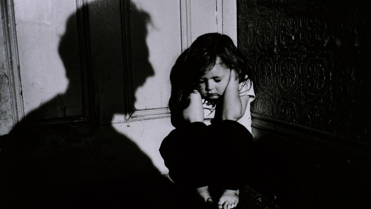 APTAUJA: 55% aptaujāto uzskata, ka bērna iepļaukāšana, raušana aiz matiem un uzsišana pa dibenu ir pieļaujama!
